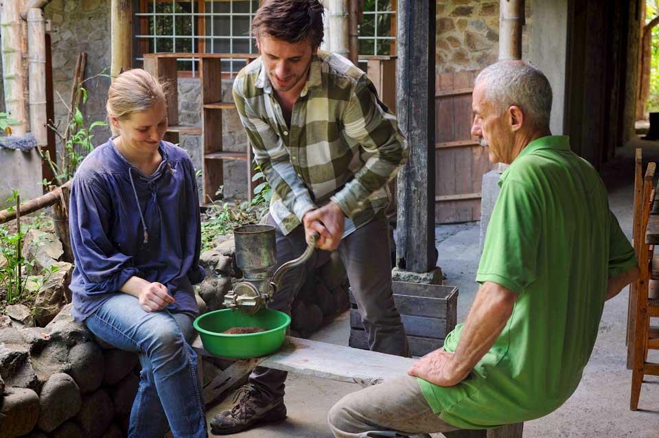 Moliendo los granos de café de la granja