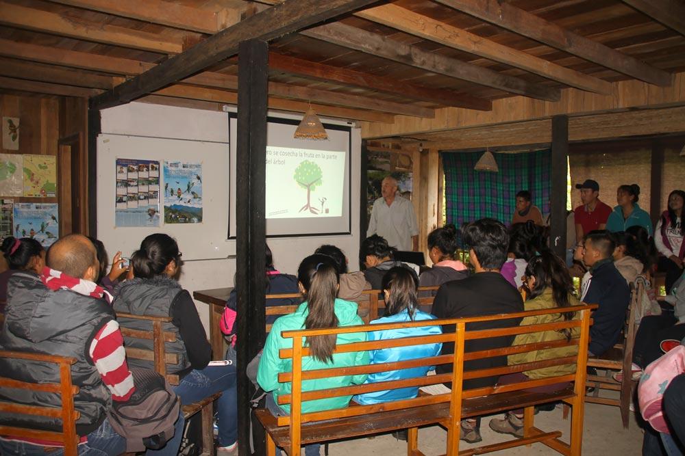 Dando explicación sobre los principios de la Permacultura y Agricultura Regenerativa