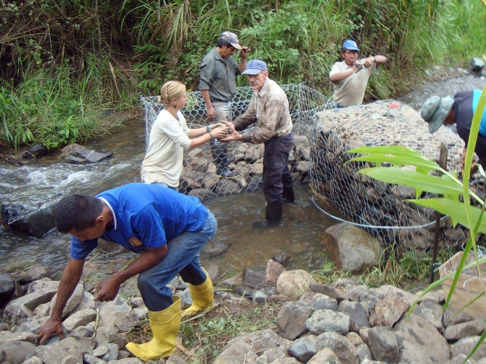 en Parque Bambú, la captación de agua del río forma parte del Diseño Hidrológico