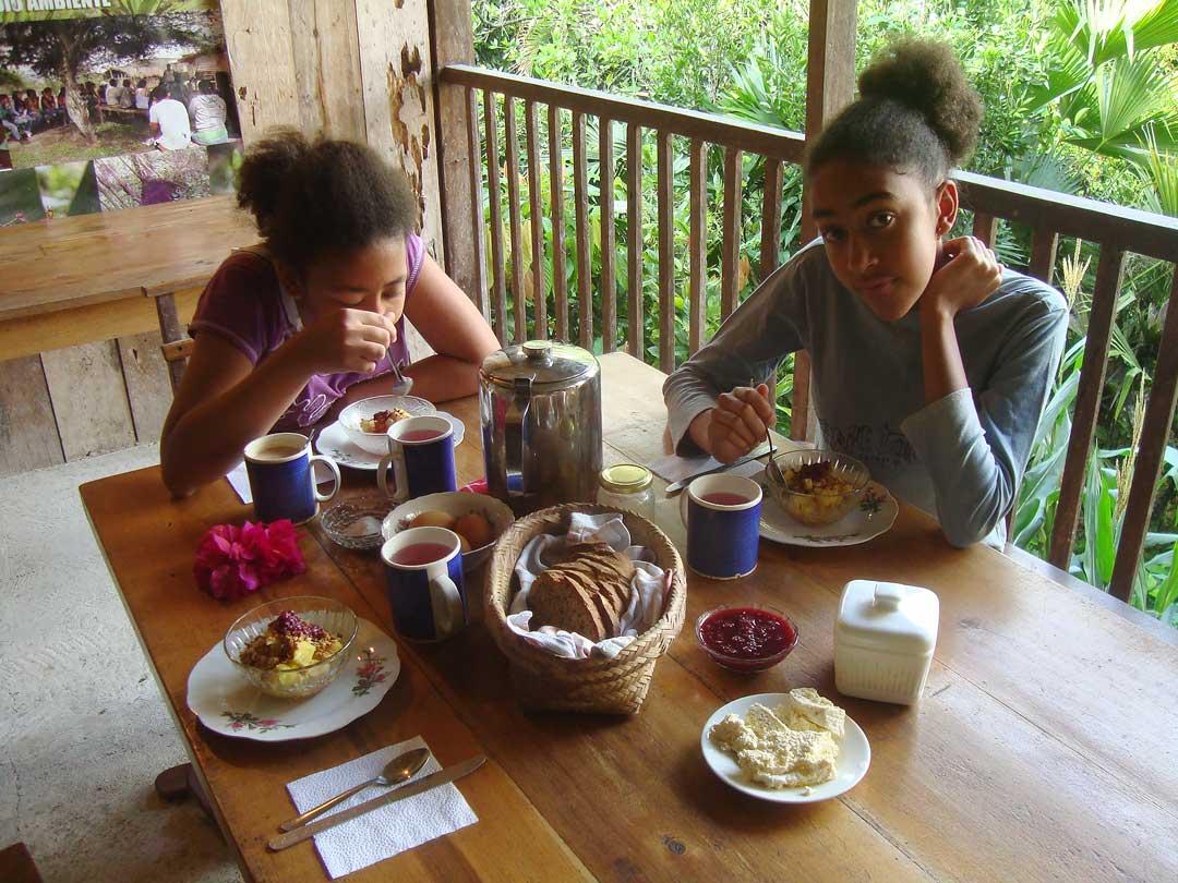 Desayuno con pan casero, fruta, huevo y café o agua aromática