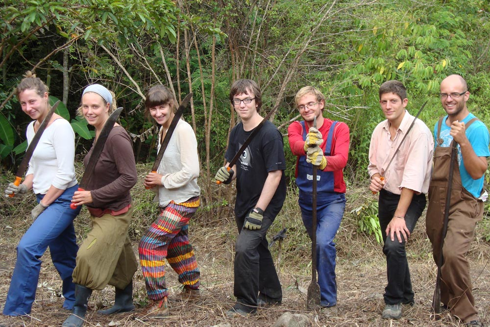 A group of Belgian volunteers from the organization Bouworde in action in Parque Bambú